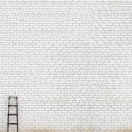 Foto de weathered white brick wall with wooden ladder background - Imagen libre de derechos