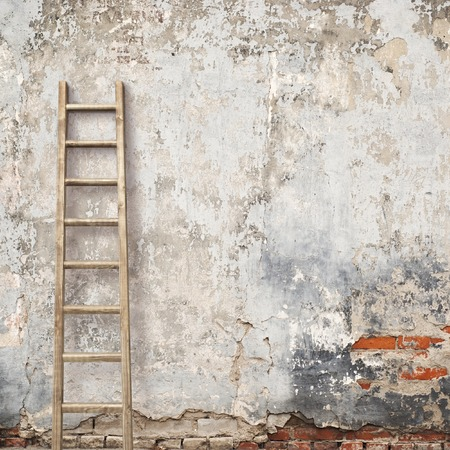 Foto de weathered stucco wall with wooden ladder background - Imagen libre de derechos