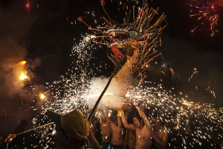 Photo pour Fire Dragon Dance at Fengshun County in Guangdong - image libre de droit