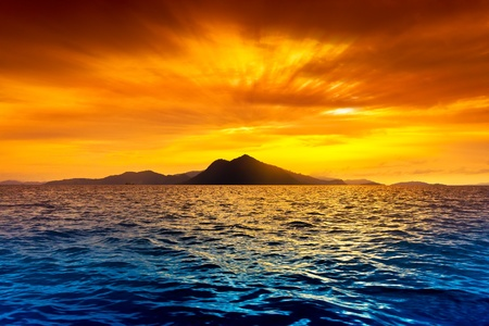Foto de Scenic view of island during sunset - Imagen libre de derechos