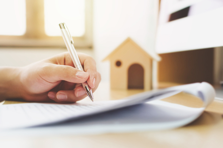 Photo pour Close up hand of man signing signature loan document to home ownership. Mortgage and real estate property investment - image libre de droit