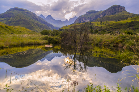 Foto de Breathtaking view of the mountains and water in Drakensberg, South Africa, - Imagen libre de derechos