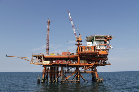 Foto de offshore oil and gas platform on the ocean - Imagen libre de derechos