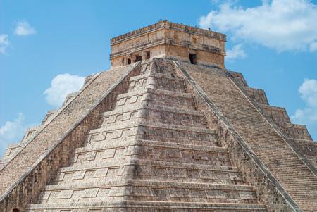 Foto de Summit of the Mayan Pyramid of Kukulkan, known as El Castillo, classified as Structure 5B18, taken in the archaeological area of Chichen Itza, in the Yucatan peninsula - Imagen libre de derechos