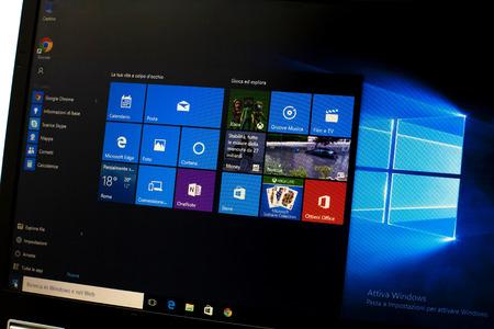 Foto de Microsoft Windows 10 on a laptop - Imagen libre de derechos