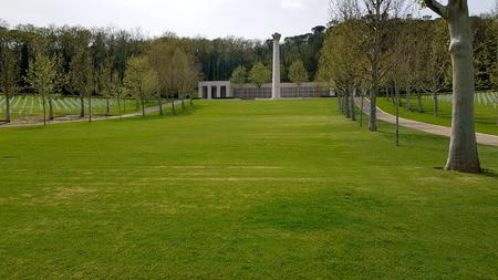 Foto de Large well-kept green lawns characterize the Florence American Cemetery and Memorial, Florence, Tuscany, Italy. Florence, Tuscany, Italy - April, 2019. - Imagen libre de derechos