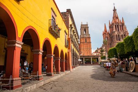 Foto de La Parroquia, the famous pink church in the picturesque town of San Miguel de Allende, Mexico. - Imagen libre de derechos