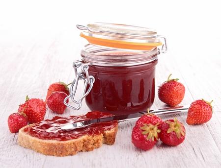 Foto de strawberry jam and bread - Imagen libre de derechos