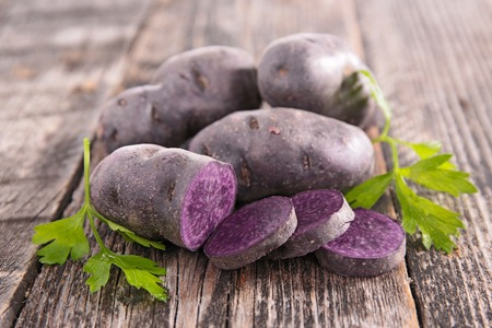 Photo pour vitelotte, raw potato - image libre de droit