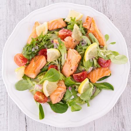 Photo pour salad with grilled salmon - image libre de droit