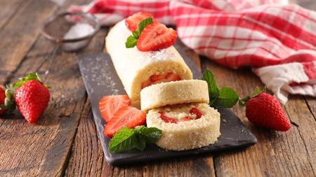 Foto de strawberry and cream cake - Imagen libre de derechos