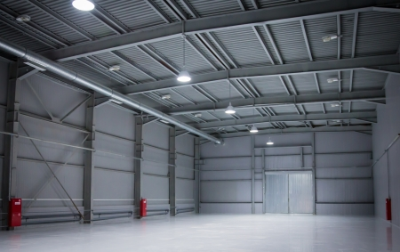 Foto de empty room of modern storehouse with gates - Imagen libre de derechos