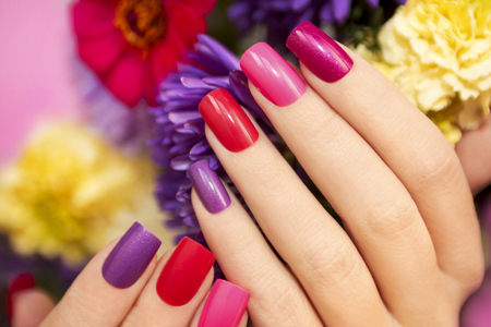 Photo pour Manicure covered with nail Polish in the colors of nature. - image libre de droit