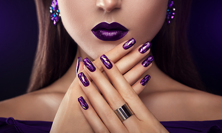 Photo pour Beautiful woman with perfect make-up and manicure wearing jewellery - image libre de droit