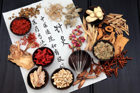 Photo pour Mandarin calligraphy script on rice paper describing acupuncture chinese medicine as a traditional  and effective medical solution. - image libre de droit