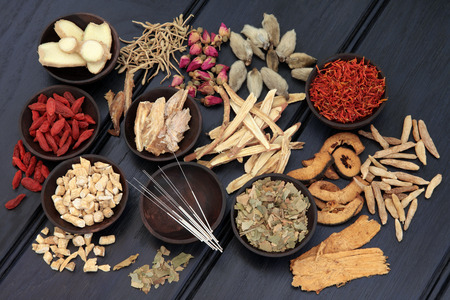 Photo pour Acupuncture needles and chinese herbal medicine selection   - image libre de droit
