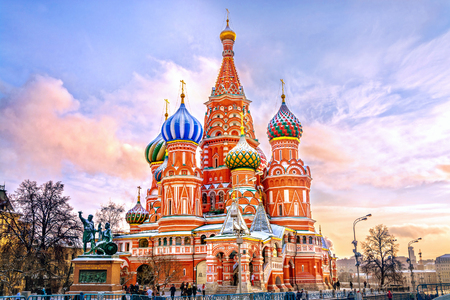Photo pour Saint Basil's Cathedral in Red Square in winter at sunset, Moscow, Russia. - image libre de droit