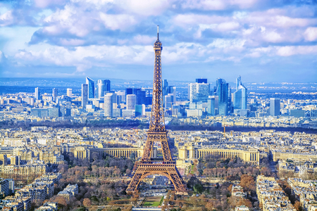 Foto de Paris cityscape. Aerial view of the main attractions of Paris Eiffel Tower on background of business district of La Defense, seen from Montparnasse skyscraper, France. - Imagen libre de derechos