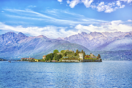 Photo pour Isola Bella Island on the beautiful Lake Lago Maggiore in the background of the Alps mountains, Stresa, Italy - image libre de droit