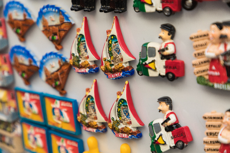 Foto per Souvenir magnets from Sicily,Italy. - Immagine Royalty Free