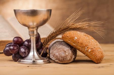 Photo pour holy communion chalice on wooden table - image libre de droit