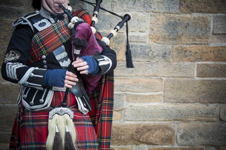 Foto de Playing the bagpipes on streets of Edinburgh - Imagen libre de derechos