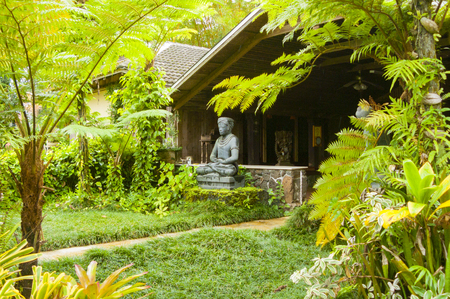 Photo pour hawaiian house with statues in the jungle hawaii united states - image libre de droit