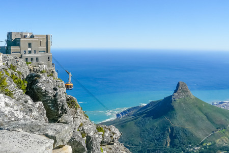 Foto de Cape Town South Africa August 2009 on sunny days, tourists climb the table mountain with the cable car to admire the splendid view of the ocean and the city - Imagen libre de derechos