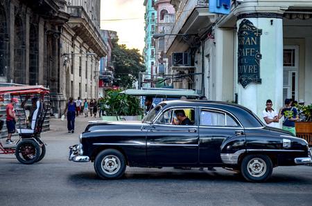 Foto de Classic 1950's American cars / automobiles on the streets of Havana, Cuba - Imagen libre de derechos