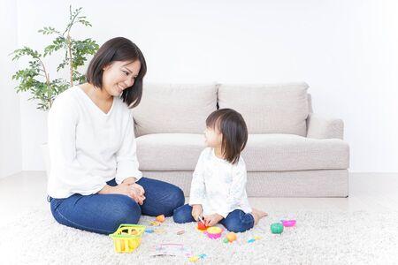 Photo pour Child playing with toy - image libre de droit