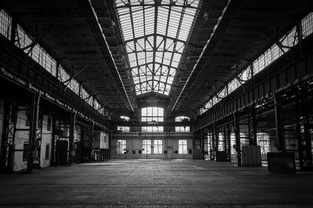 Photo pour abandoned old vehicle repair station - image libre de droit