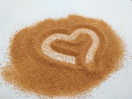 Foto de Heart drawn with fingers on the sand - Imagen libre de derechos