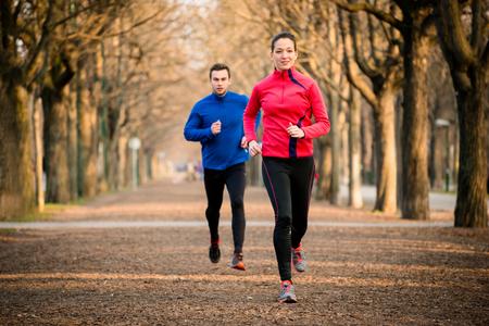 Photo pour Couple jogging together - image libre de droit