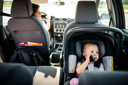 Photo pour Mother and child in car - image libre de droit