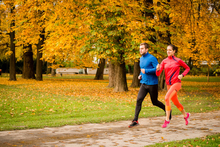 Photo pour Couple jogging in autumn nature - image libre de droit