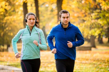 Photo pour Friends jogging together - image libre de droit
