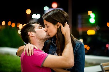Foto de Couple kissing at night - Imagen libre de derechos