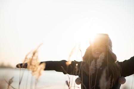 Foto de Cheerful woman with her arms widespread - Imagen libre de derechos