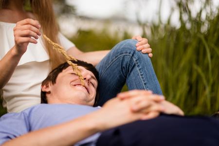 Foto de Smiling man lying over his womans lap - Imagen libre de derechos