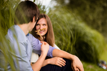 Foto de Young man and woman having fun in park - Imagen libre de derechos