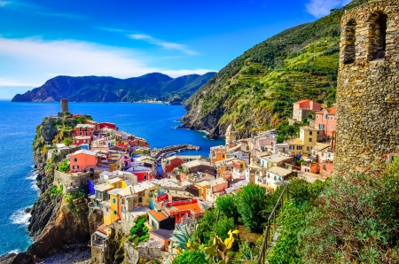 Photo pour Scenic view of colorful village Vernazza and ocean coast in Cinque Terre, Italy - image libre de droit