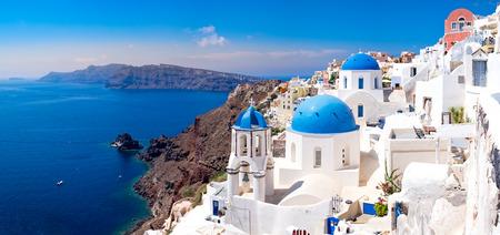 Foto de Panoramic scenic view of beautiful white houses and blue domes in Oia, Santorini, Greece - Imagen libre de derechos