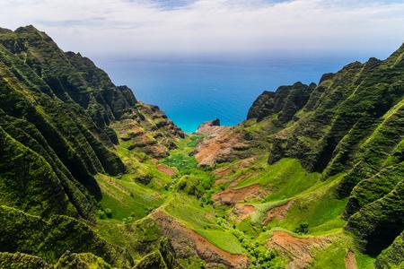 Foto de Aerial landscape view of cliffs and green valley, Kauai, Hawaii, USA - Imagen libre de derechos
