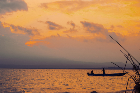 Foto de Fishing boat against a golden sunset, Lake Naivasha, Kenya - Imagen libre de derechos