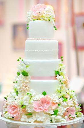 Photo pour White wedding cake decorated with cream flowers - image libre de droit