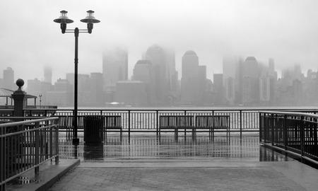 Foto de Black and white photo of New York City skyline on a rainy day - Imagen libre de derechos