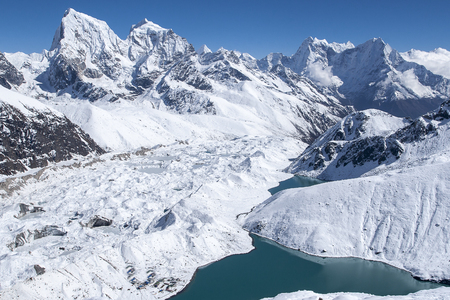 Foto de beautiful view of the Himalayas from Gokyo Ri circa - Imagen libre de derechos