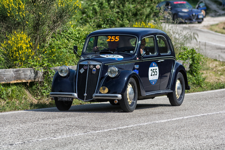Photo pour PESARO COLLE SAN BARTOLO , ITALY - MAY 17 - 2018 : LANCIA ARDEA 1952 on an old racing car in rally Mille Miglia 2018 the famous italian historical race (1927-1957) - image libre de droit