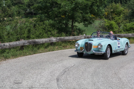 Photo pour PESARO COLLE SAN BARTOLO , ITALY - MAY 17 - 2018 : LANCIA AURELIA B24 S 1955 on an old racing car in rally Mille Miglia 2018 the famous italian historical race (1927-1957) - image libre de droit