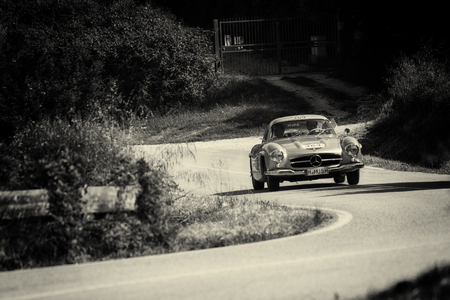 Photo pour PESARO COLLE SAN BARTOLO , ITALY - MAY 17 - 2018 : MERCEDES-BENZ 300 SL COUPÉ (W198) 1955 on an old racing car in rally Mille Miglia 2018 the famous italian historical race (1927-1957) - image libre de droit
